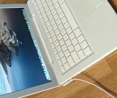 Apple MacBook perfect functional display 13,3 inch sistem de operare OSX, memorie 4gb ram , procesor